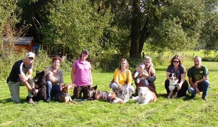 Die HundetrainerInnen der Hundeschule Teamwork mit ihren Hunden und einigen Familienmitgliedern
