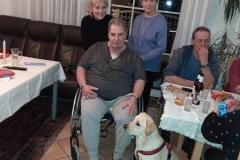 Jackie beim Üben mit Menschen im Rollstuhl