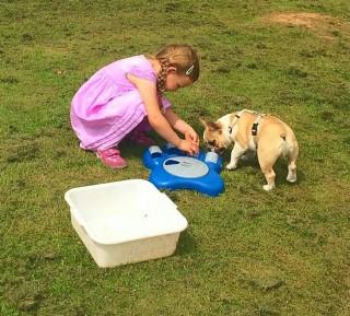 Mädchen Leni und französiche Bulldoge Oscar
